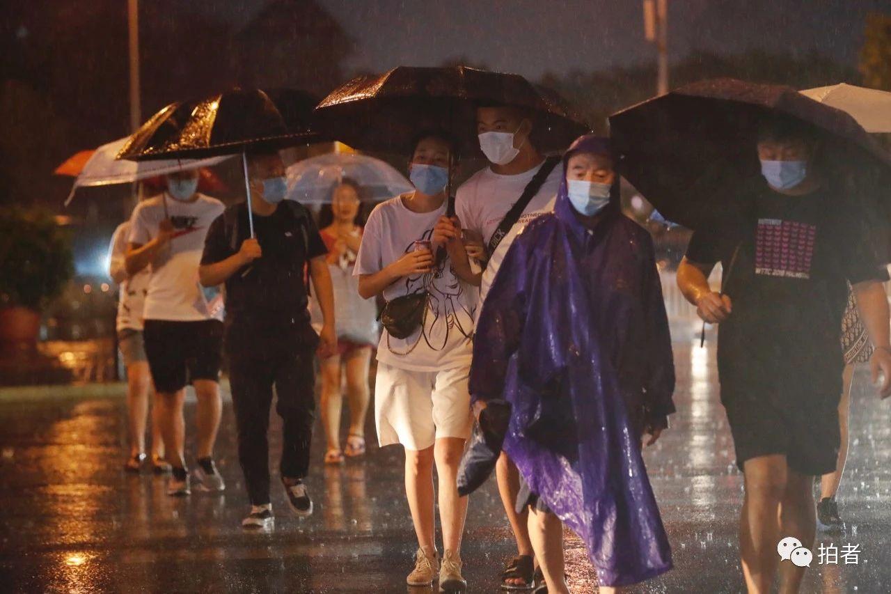 △双桥,市民雨中有序过马路。摄影/新京报记者侯少卿
