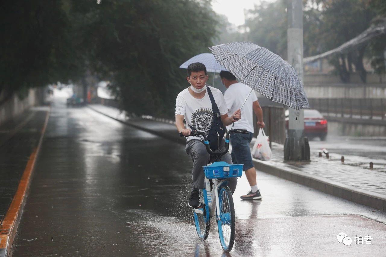 △上午,双桥路,冒雨出行的市民。摄影/新京报记者侯少卿