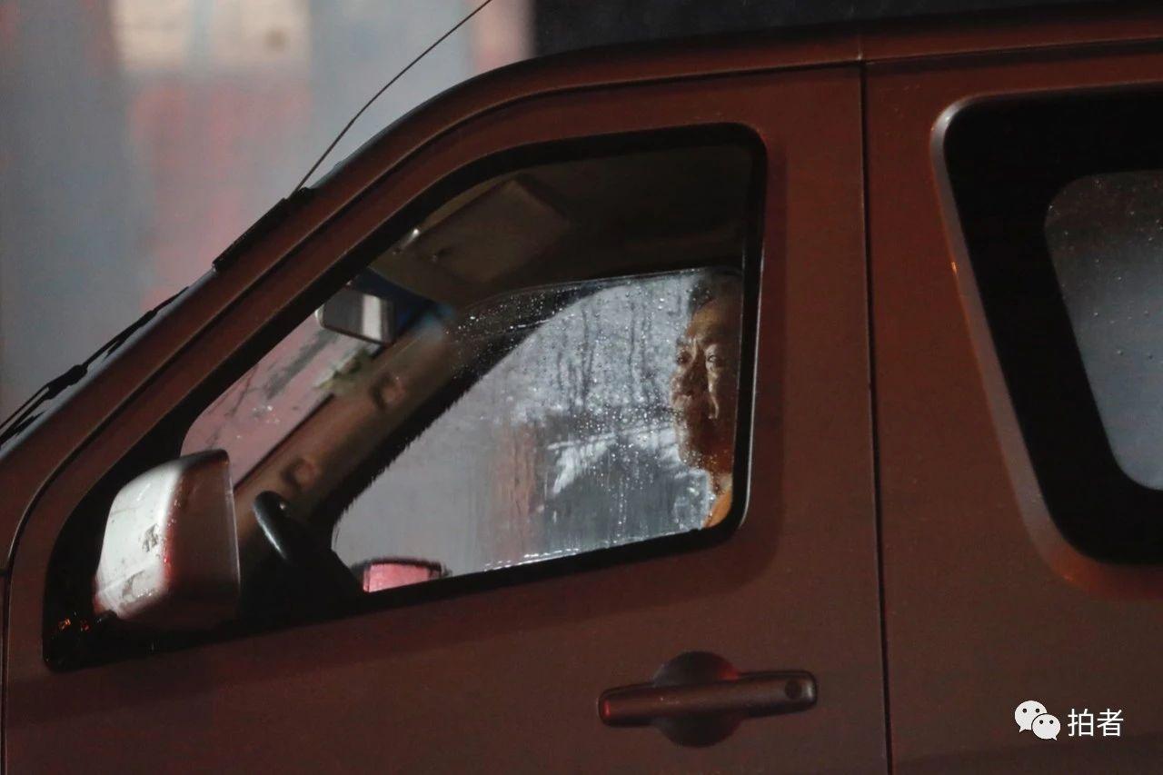 △双桥,司机透过车窗向外看雨景。摄影/新京报记者侯少卿