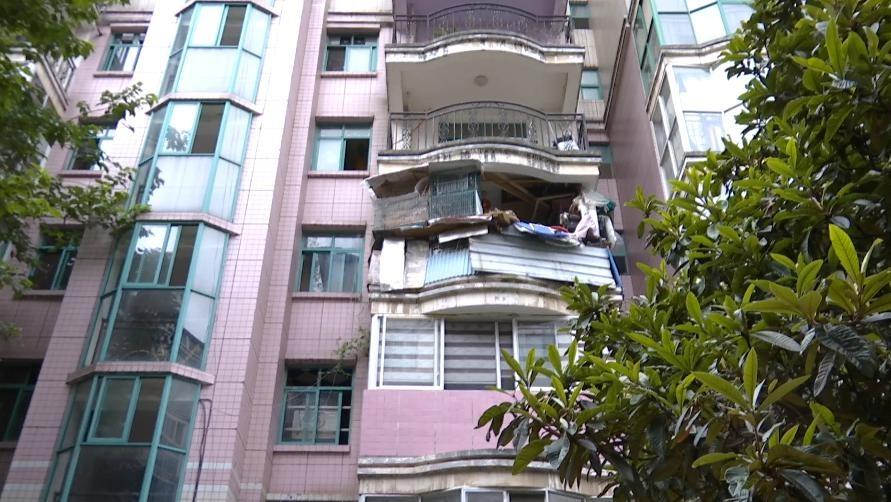 贵阳一住户阳台变成养鸽场,邻居叫苦不迭:把我们善良当懦弱