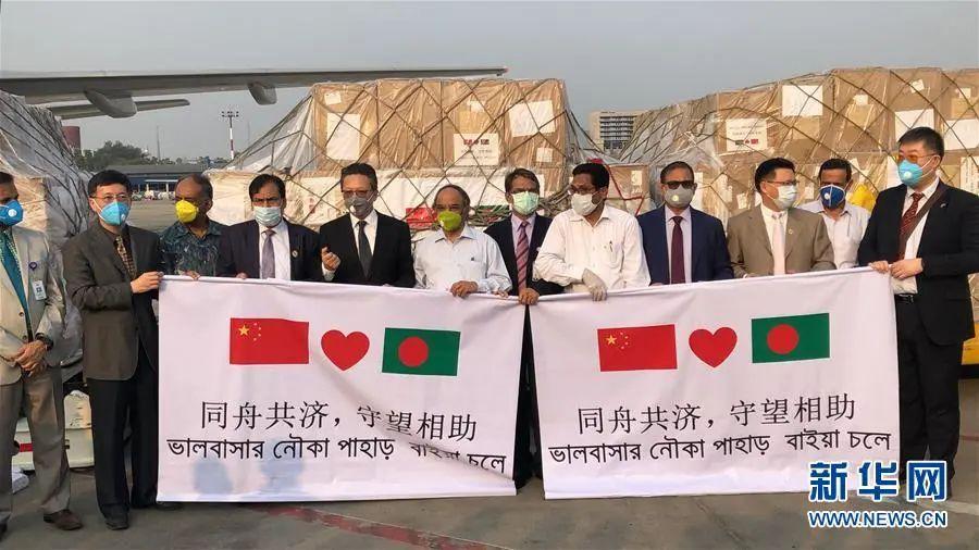 3月26日,中国驻孟加拉国大使李极明(左五)在孟加拉国首都达卡向孟方转交援助物资。新华社记者 刘春涛 摄