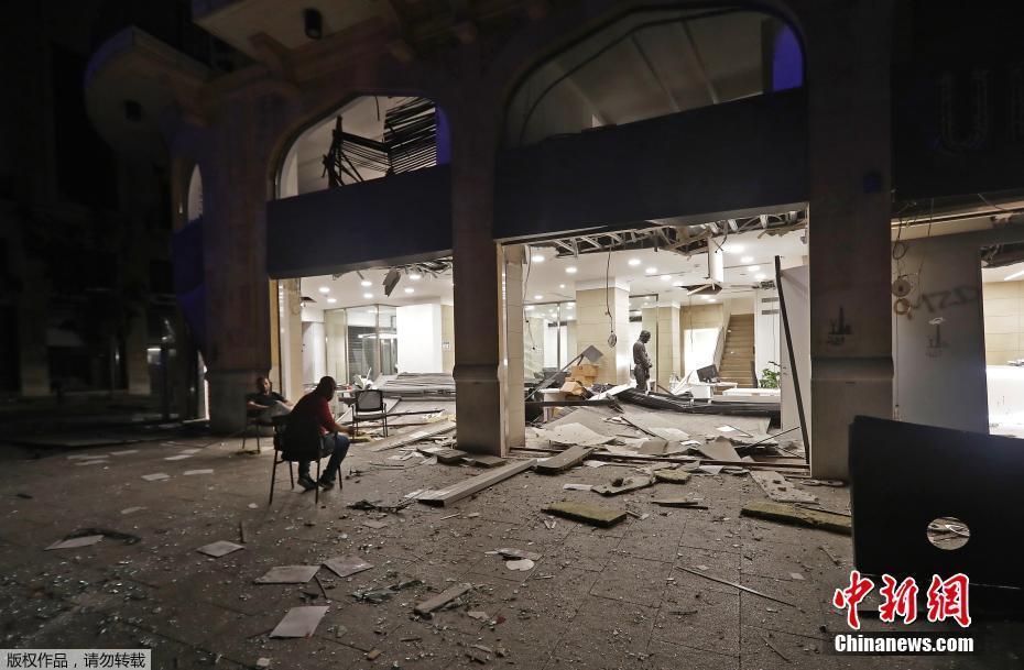 黎巴嫩首都一片狼藉。爆炸事故的威力强大,全市都感受到震波,住宅窗玻璃被震碎,公寓阳台被震垮。
