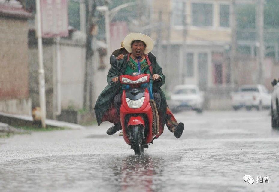 △雨中的北车营村街道上行人很少,个别村民冒雨出行。摄影/新京报记者陶冉