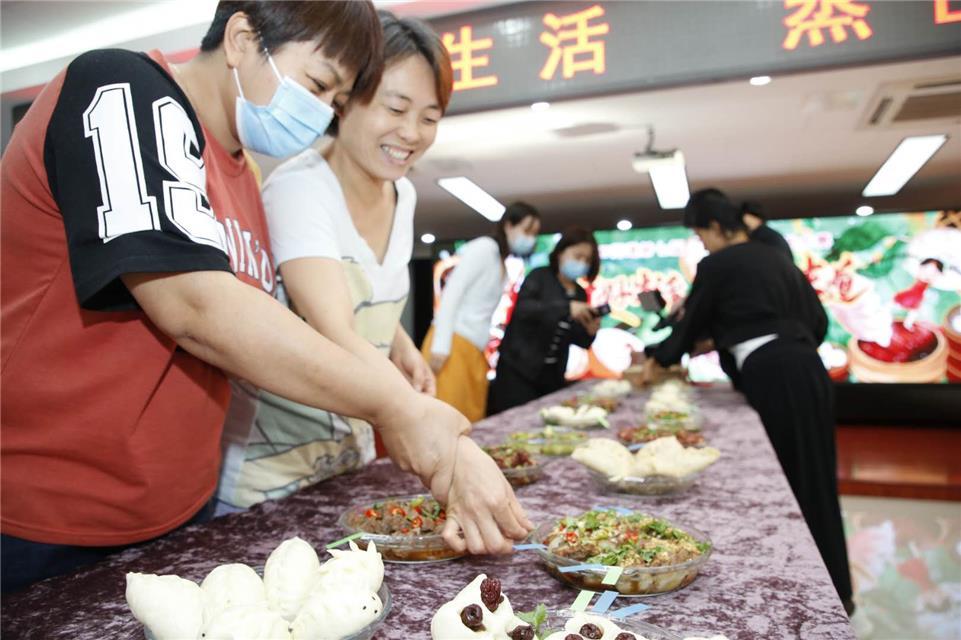 """居民变身大厨""""主播"""" 云端带来健康理念——北京市甘家口市民活动中心举办第七届和谐杯厨艺大赛"""