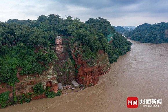 强降雨和上游洪峰叠加影响,乐山大佛佛脚平台被淹20厘米