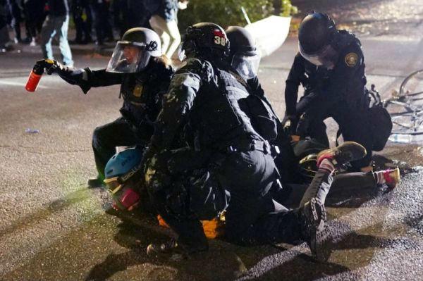 波特兰市警察拘捕抗议者。(美国《华盛顿邮报》网站)