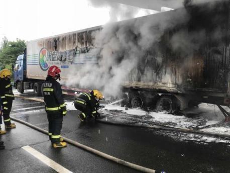 西汉分公司快速处置一起货车自燃事故,化解险情保畅通
