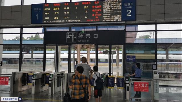 四川暴雨致达成铁路多趟列车晚点运行