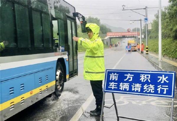 北京警方投入4万余警力应对强降雨天气 确保群众生命财产安全
