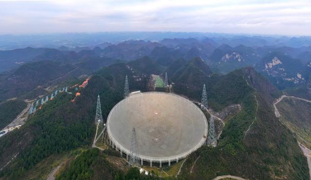 """被誉为""""中国天眼""""的500米口径球面射电望远镜。新华社记者 欧东衢 摄"""