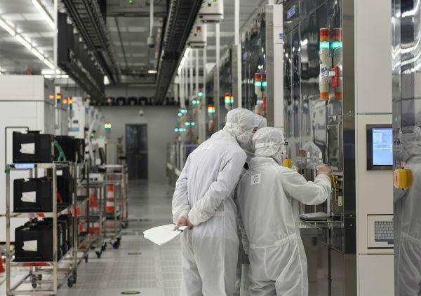 中芯国际北京工厂的工作人员在车间内忙碌。(罗晓光 摄)