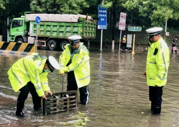 北京警方投入4万余名警力应对强降雨天气