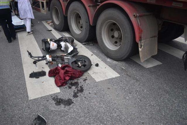高邮一女生被卷入大货车车底,这样的意外本可以避免
