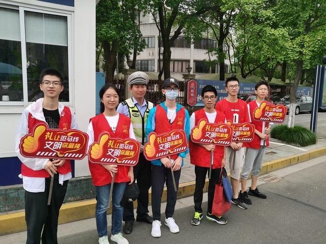 上虞中学高二(8)班学生积极开展暑期社会实践活动