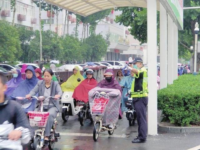 河北邯郸交巡警支队机动执勤大队助力文明出行