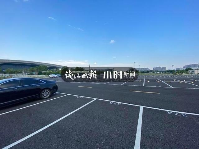 杭州东站西广场附近多了个停车场,新增泊位500个,原来这里只是闲置地块