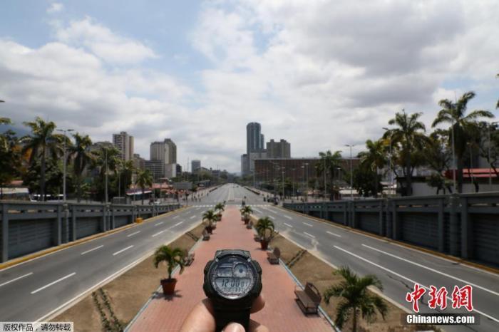 资料图:正午时分,委内瑞拉加拉加斯几乎空无一人的玻利瓦尔大道。