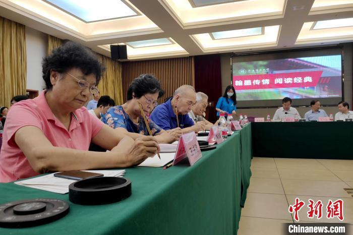 陕西师范大学坚持14年手写录取通知书 翰墨传承传统文化