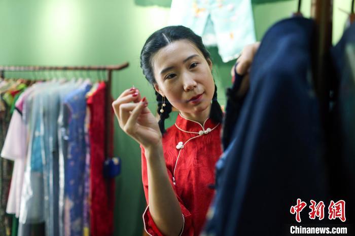成都一女律师转行设计传统旗袍 守护传统手工艺之美
