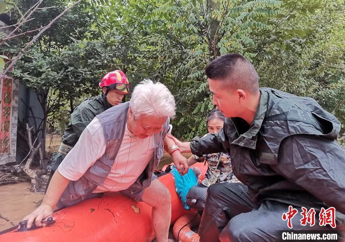 甘肃陇南暴雨致村庄内涝严重 被困人员安全疏散转移