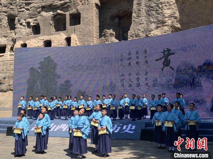 大同市100名少年儿童齐声诵读山西历史文化三字经《五千年文明看山西》。 刘小红 摄