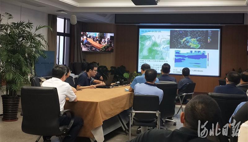"""打响防灾减灾""""发令枪"""" ——河北省气象台气象会商室的防汛时刻"""