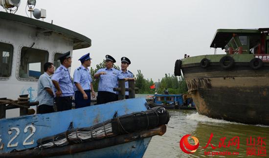 澳门威尼斯人网址官网:京杭运河台儿庄段通航 枣庄海警全力守护着船上的宁静