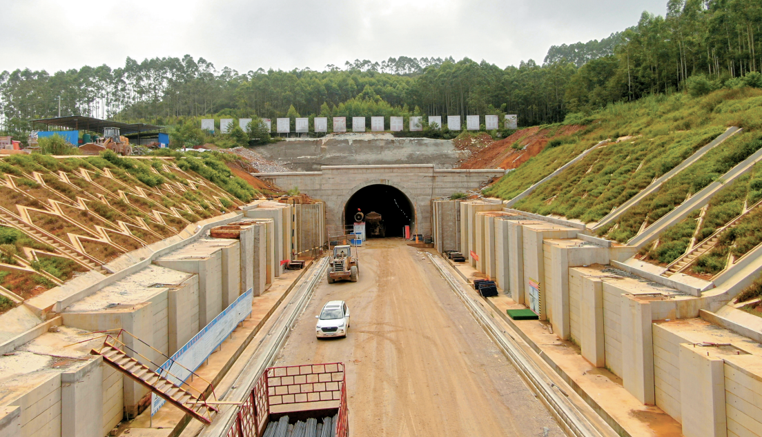 NCZQ4标段甲午山1号隧道顺利贯通。(李平辉 摄)