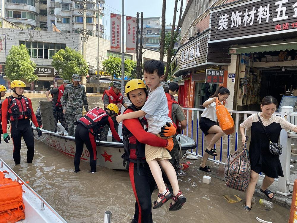 江津区消防队员正转移群众。 重庆市江津区消防救援支队供图