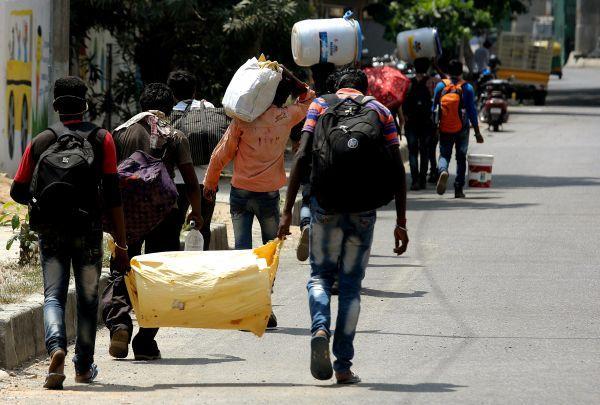 资料图片: 5月17日,在印度班加罗尔,返乡劳工走向火车站。 (新华社/欧新)