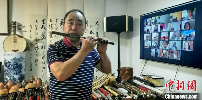 太原市音乐家协会副主席、太原市民间文化国际交流协会常务副会长任俊文进行竹笛表演。 杨杰英 摄
