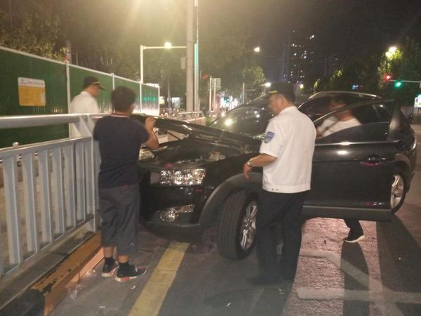 越野车撞上护栏趴窝 热心人帮忙推到路边