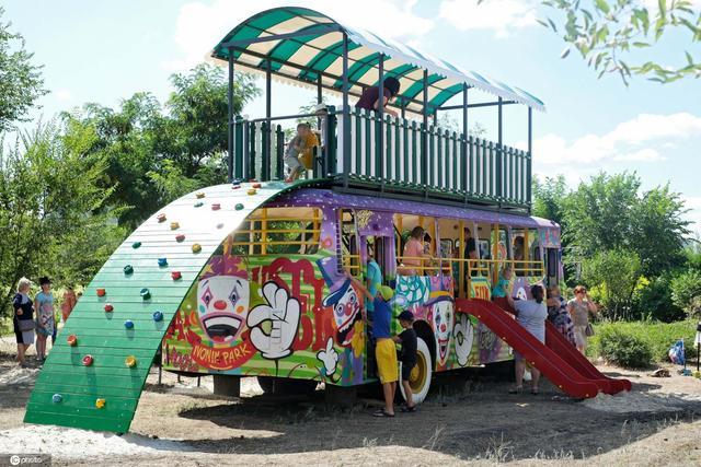 乌克兰一公交车变身游乐场 童趣十足深受孩子喜爱