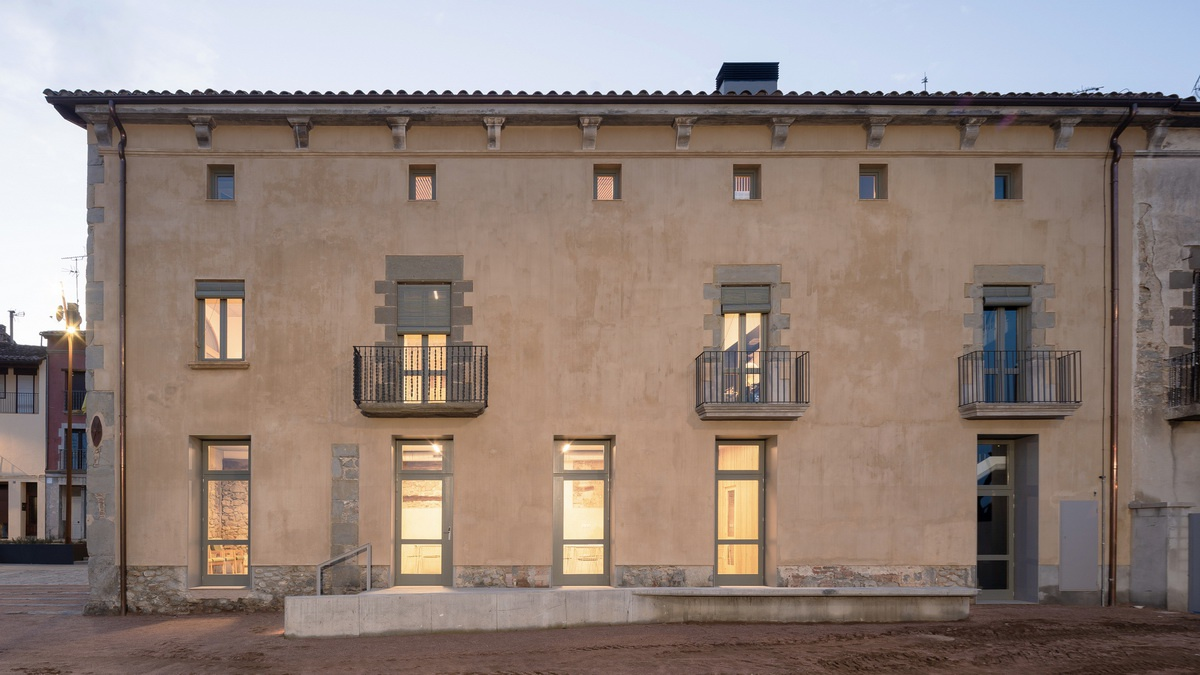 """传统农房与巴洛克建筑风格的融合:""""El Mallol"""" 市民中心更新"""