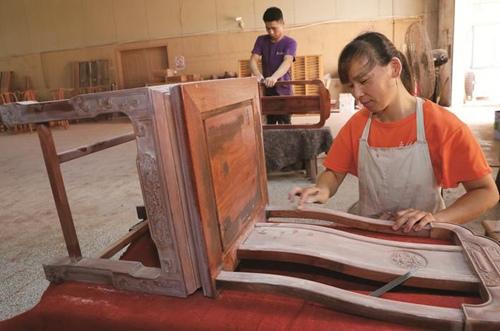 南通海门常乐镇红木产业带动4000多人从业