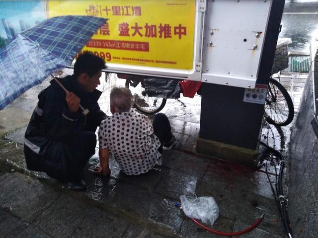 防汛救灾 临沂在行动|八旬老人雨中摔倒,城管队员紧急送医
