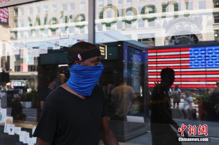 当地时间8月9日,美国纽约时代广场的行人。