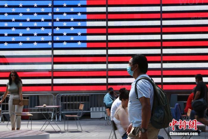 资料图:当地时间8月9日,美国纽约时代广场的行人。 中新社记者 廖攀 摄