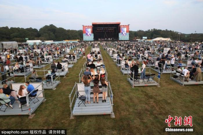 当地时间8月12日,英国纽卡斯尔,歌迷参加山姆芬德的音乐会。