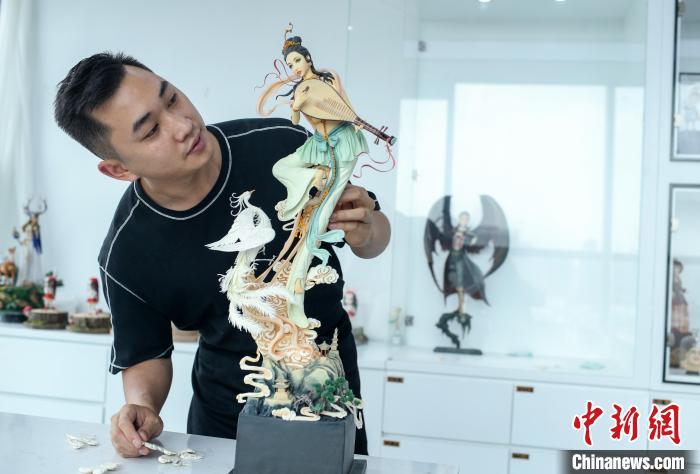 """成都""""80后""""雕塑糖艺大师练就""""绝技"""" 创造传统手工艺的无限可能"""