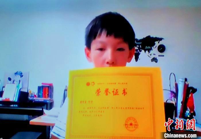海外华裔青少年展示结业证书。 杨杰英 摄
