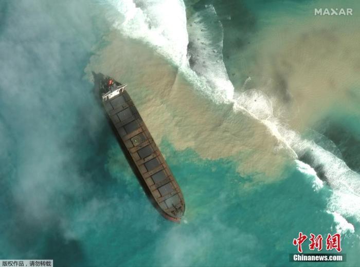 当地时间8月1日,卫星图像显示这艘日籍货船在毛里求斯海岸搁浅。