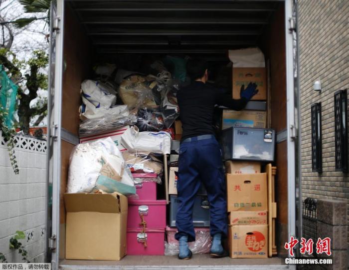 资料图:日本东京,专项保洁员清理垃圾。