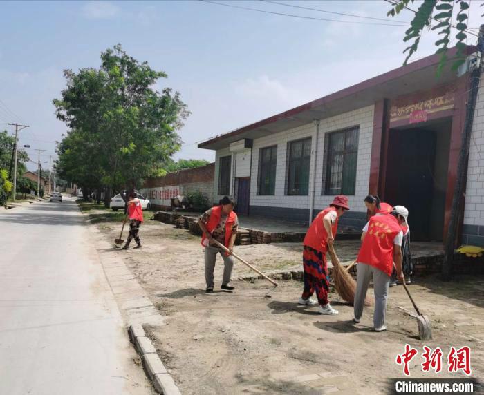 图为山西省晋中市榆次区庄子乡牛村的志愿者们打扫卫生。 吴琼 摄