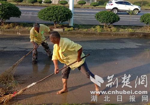 襄阳高新区环卫工人撸起袖子挽起裤腿扫雨污