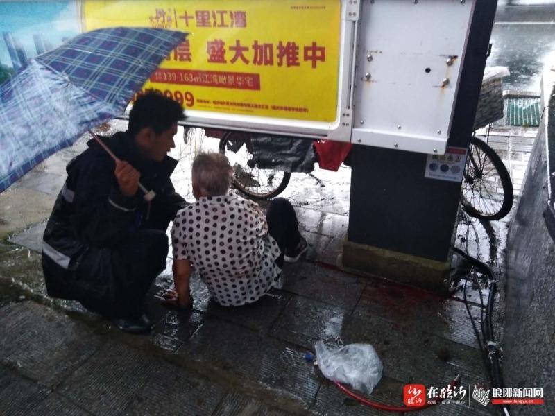 八旬老人雨中摔倒,临沂城管队员紧急送医