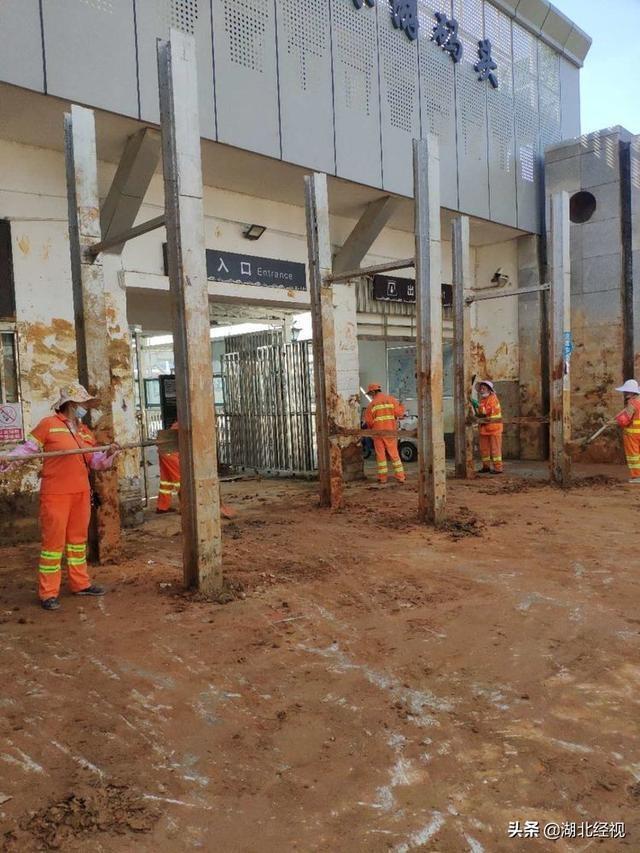 武汉沿河码头闸口开始拆除环卫工人挑灯夜战奋力清淤