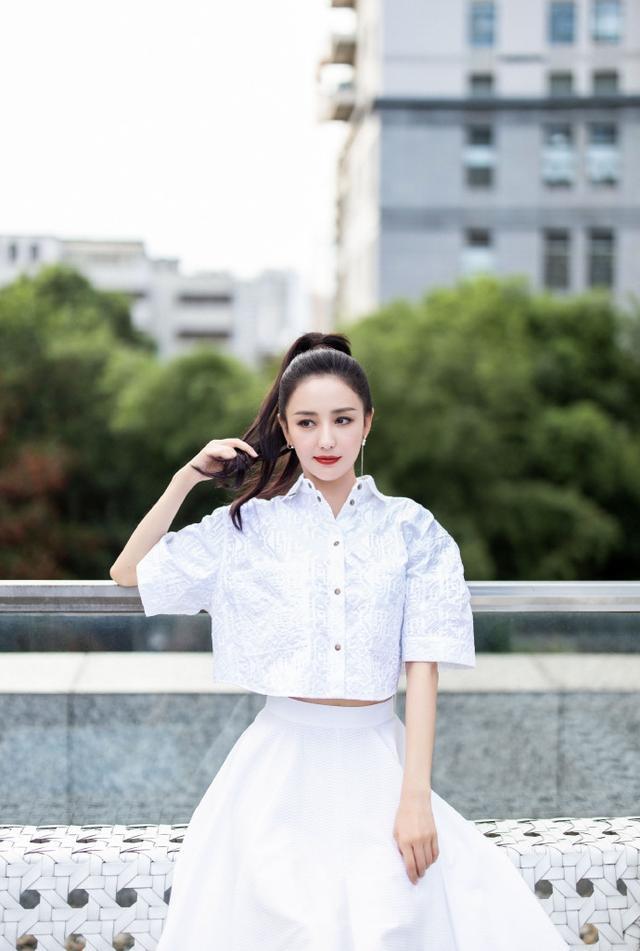 佟丽娅穿白色露腰小衬衫搭蓬蓬裙 扎高马尾显干净清爽