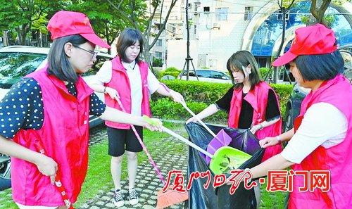厦门日报社党员志愿者走上街头 清理路面垃圾宣导规范停车