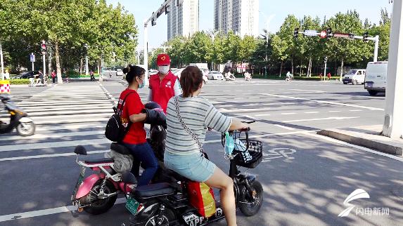 47秒|衣服被汗水浸湿,潍坊文明志愿者烈日下守护城市文明